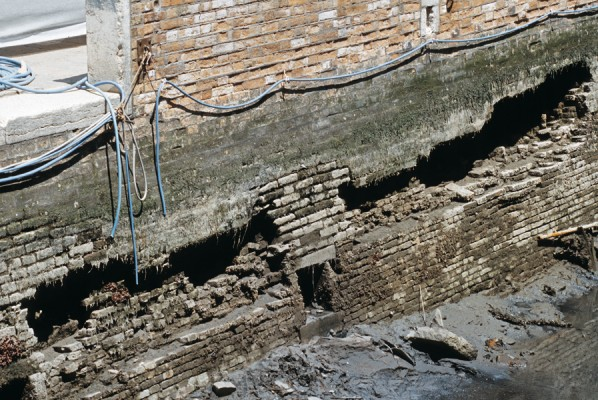 Rio di Santa Marina, July 1999.  The disintegrating action of the water, in some cases, completely dismantles the embankment wall, creating large cavities in the structural part.